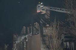 Teljesen leégett tető, magasból mentőben érkező tűzoltók
