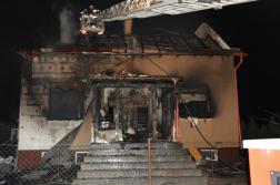 Kiégett ház magasból mentővel