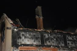 Leégett tető, árván meredező kémény